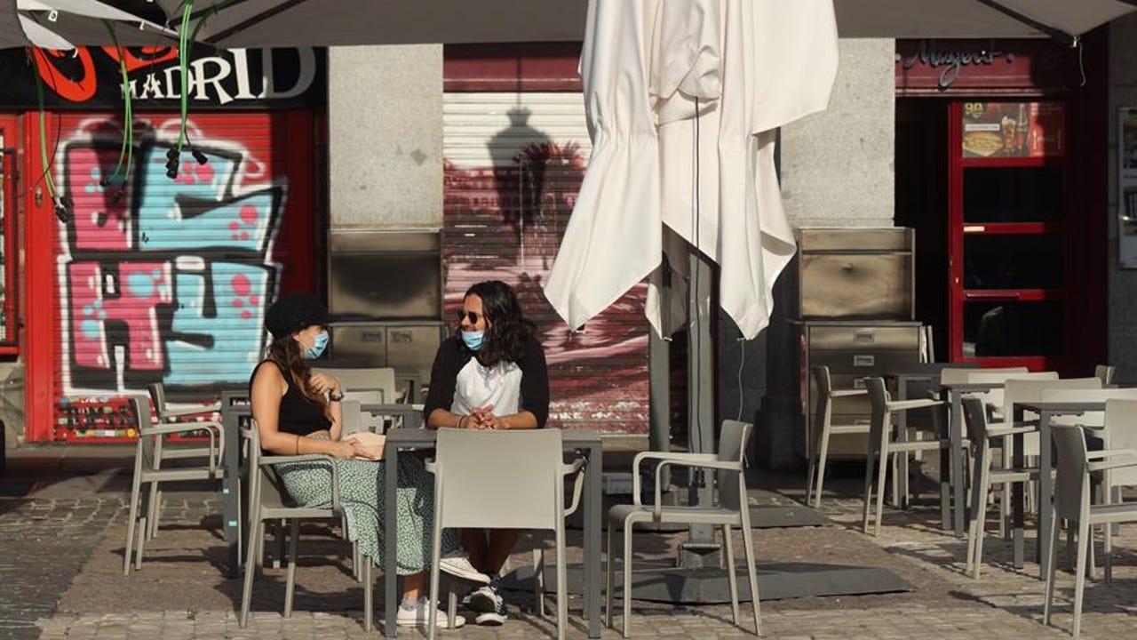 Dos personas esperan su consumición en una terraza de la Plaza Mayor en Madrid
