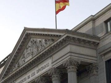 La bandera ondea a media asta en el Congreso de los Diputados durante el luto decretado por la muerte de Adolfo Suárez