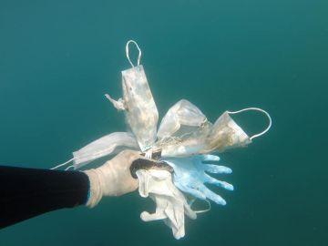 Guantes y mascarillas encontradas en el fondo del Mediterráneo.