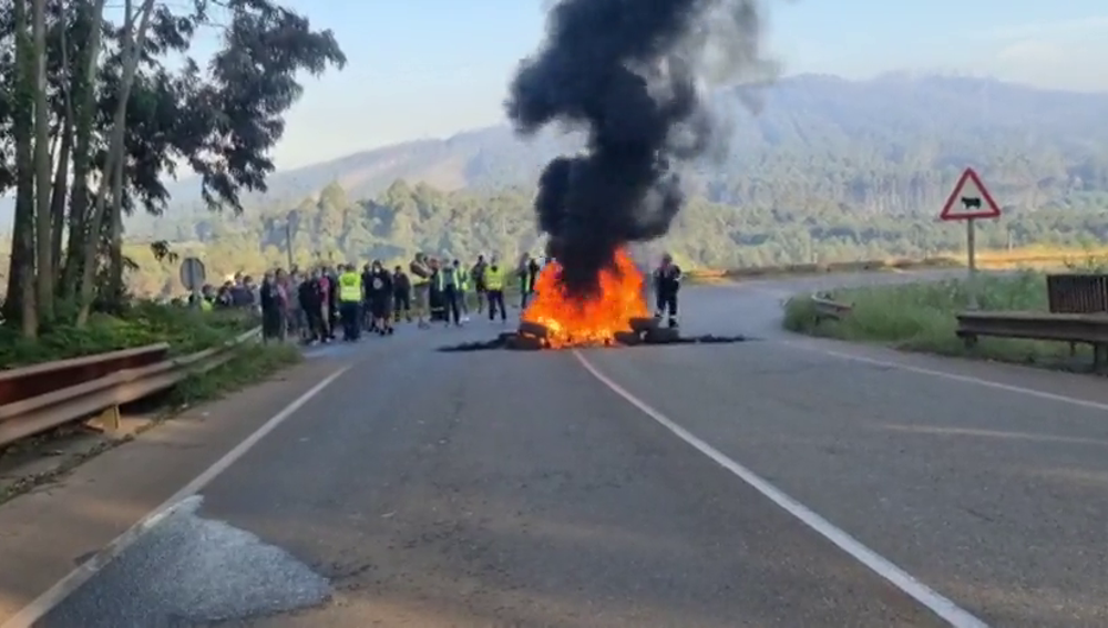 Trabajadores de Alcoa queman barricadas en el acceso a la fábrica en protesta por el despido colectivo
