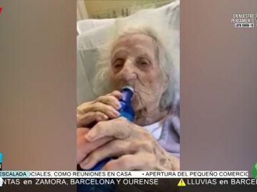 Una anciana de 103 años se toma una cerveza para celebrar que ha vencido el coronavirus