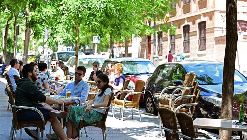 Personas en una terraza en el madrileño barrio de Lavapiés