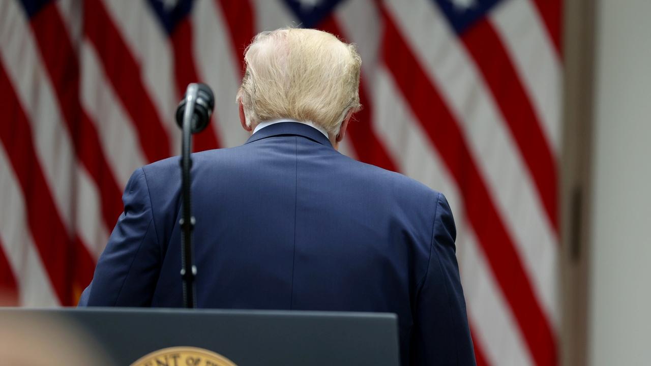 Donald Trump, presidente de los Estados Unidos, se marcha del atril