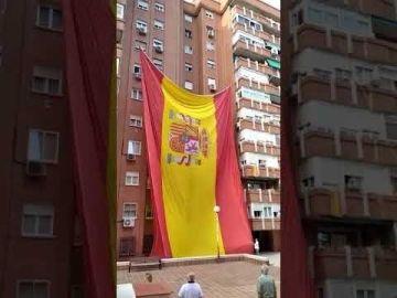 Cuelgan una bandera de España gigante en Madrid