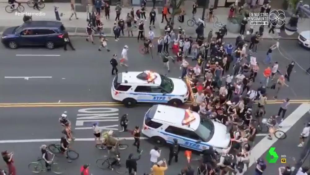 Las impactantes imágenes del atropello masivo de dos coches patrulla a los manifestantes de las protestas por George Floyd