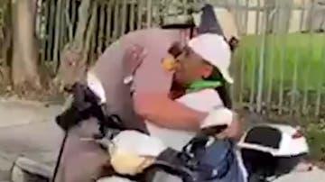 El abrazo entre una activista y un agente de policía en mitad de las protestas