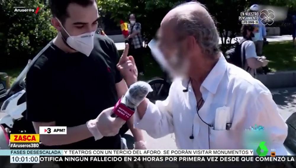"""El viral enfado y la 'peineta' de un manifestante de Vox a un reportero: """"¡A tomar por culo, vete a la mierda!"""""""