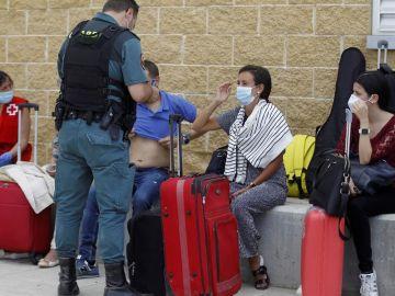 Efectivos de la Guardia Civil toman declaración a los pasajeros de un tren Alvia