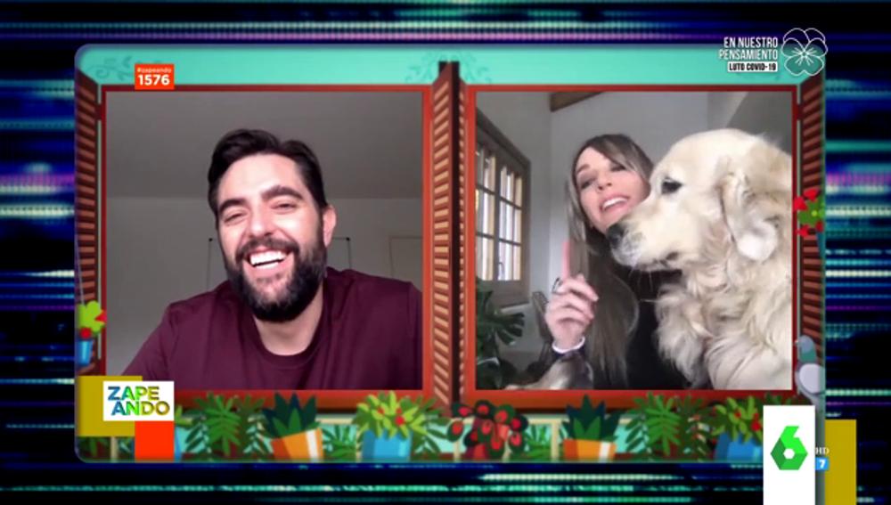 Dani Mateo y Anna Simon con sus perros