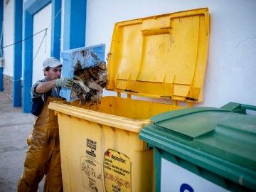 """Al llegar al puerto, los pescadores echan al contenedor todos los residuos que han """"pescado"""""""