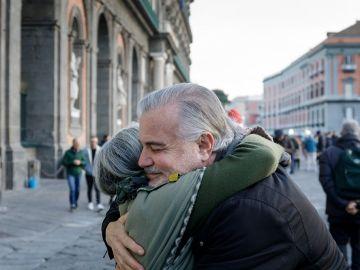 Imagen de dos personas abrazándose