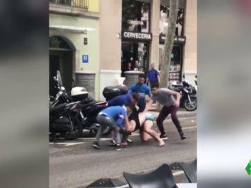 Detienen a cinco personas en Barcelona por dar una paliza a un hombre con la intención de robarle el reloj