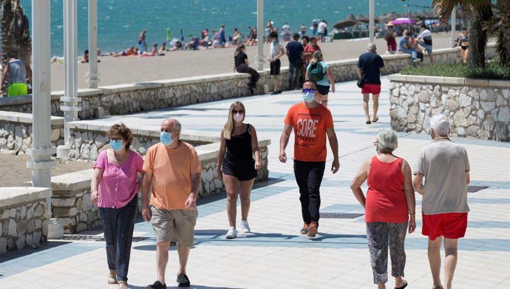 Imagen de personas paseando por la playa