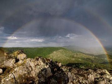 Imagen de un arcoíris fruto del sol y la lluvia en el norte del país