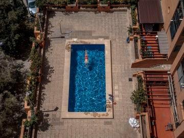 Una persona se baña en una piscina comunitaria en la Comunitat Valenciana