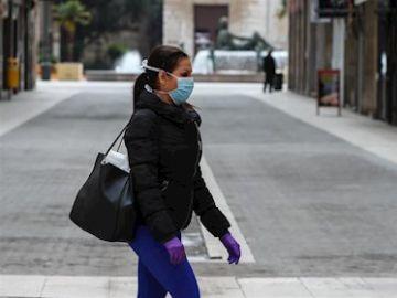 Imagen de una mujer con mascarilla por Extremadura