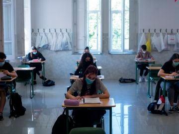 Alumnos y alumnas de segundo de bachillerato asisten a clase en las aulas de un colegio de Ourense