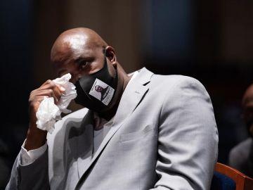 Philonise Floyd se seca las lágrimas en un momento de su comparecencia ante el Comité Judicial de la Cámara de Representantes de EE.UU.