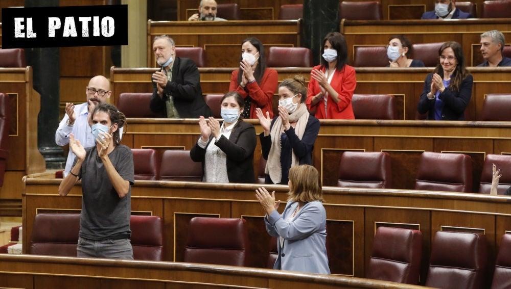 Varios diputados aplauden durante la sesión