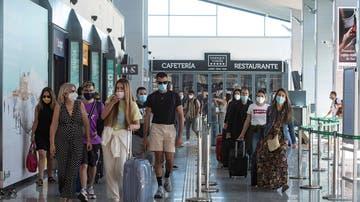 Varias personas transitan la estación ferroviaria de Granada