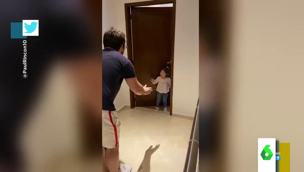 """El enfado viral de una niña con su padre por querer besarla al llegar de la calle: """"¡No me puedes tocar, los besos desde lejos!"""""""
