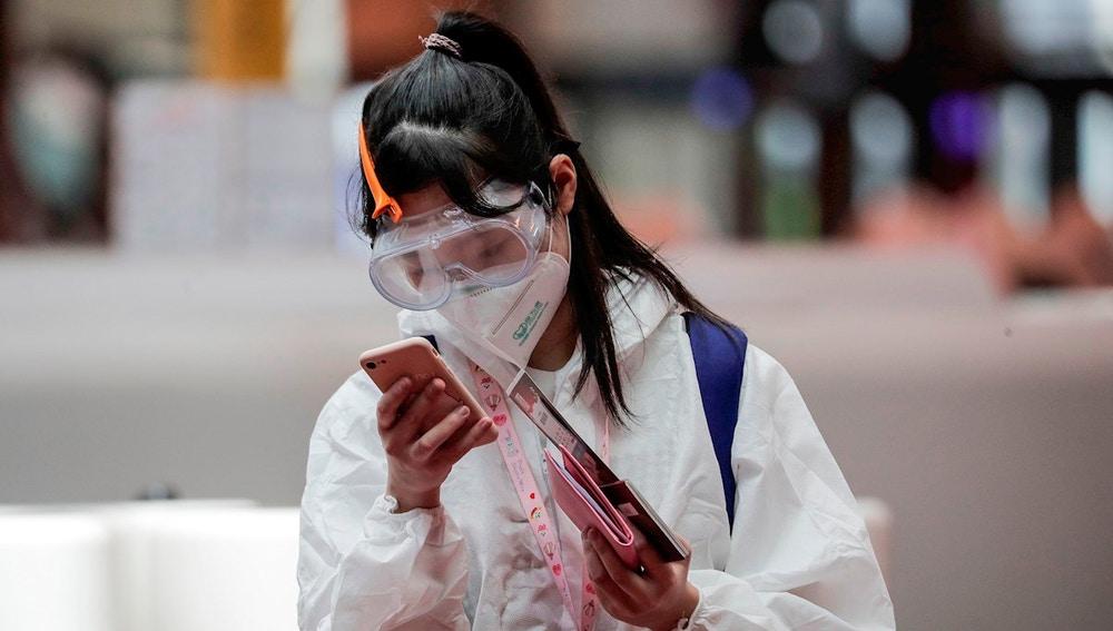 Imagen de archivo de una joven mirando el móvil