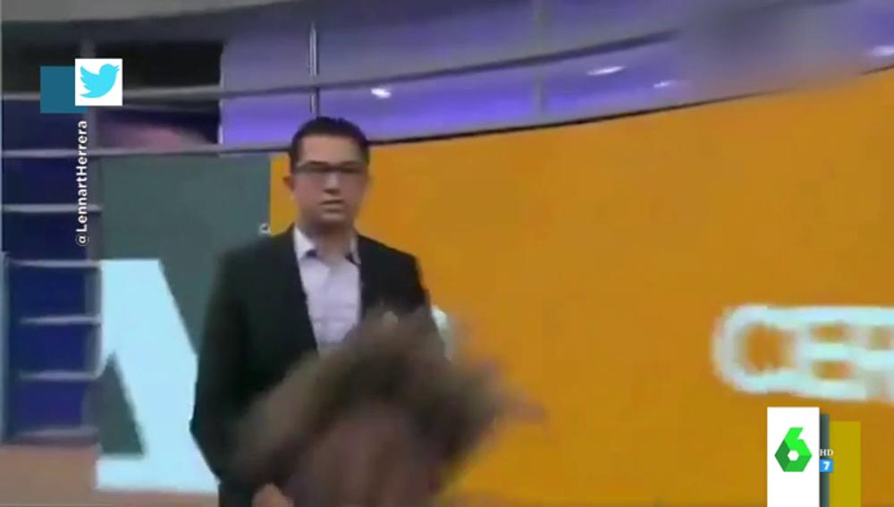 La reacción de un presentador cuando su compañera se se cae delante de él en pleno directo