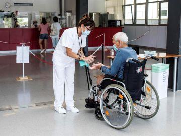 Una trabajadora del Hospital Mateu Orfila de Mahón, Menorca, realiza un control térmico