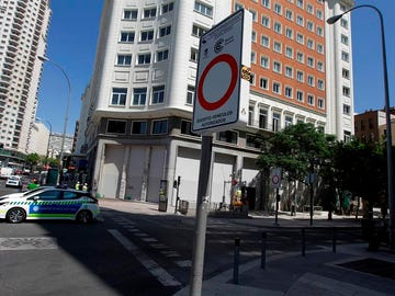 Un cartel de Madrid Central en Plaza España.