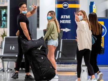 Viajeros ataviados con mascarillas a su llegada al Aeropuerto de Palma
