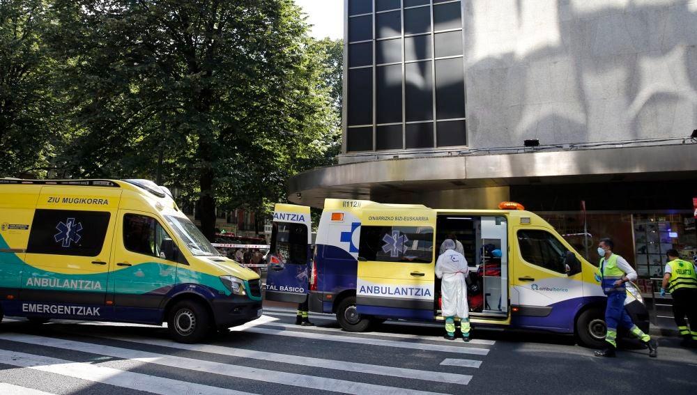 Sanitarios atienden a una de las tres personas heridas