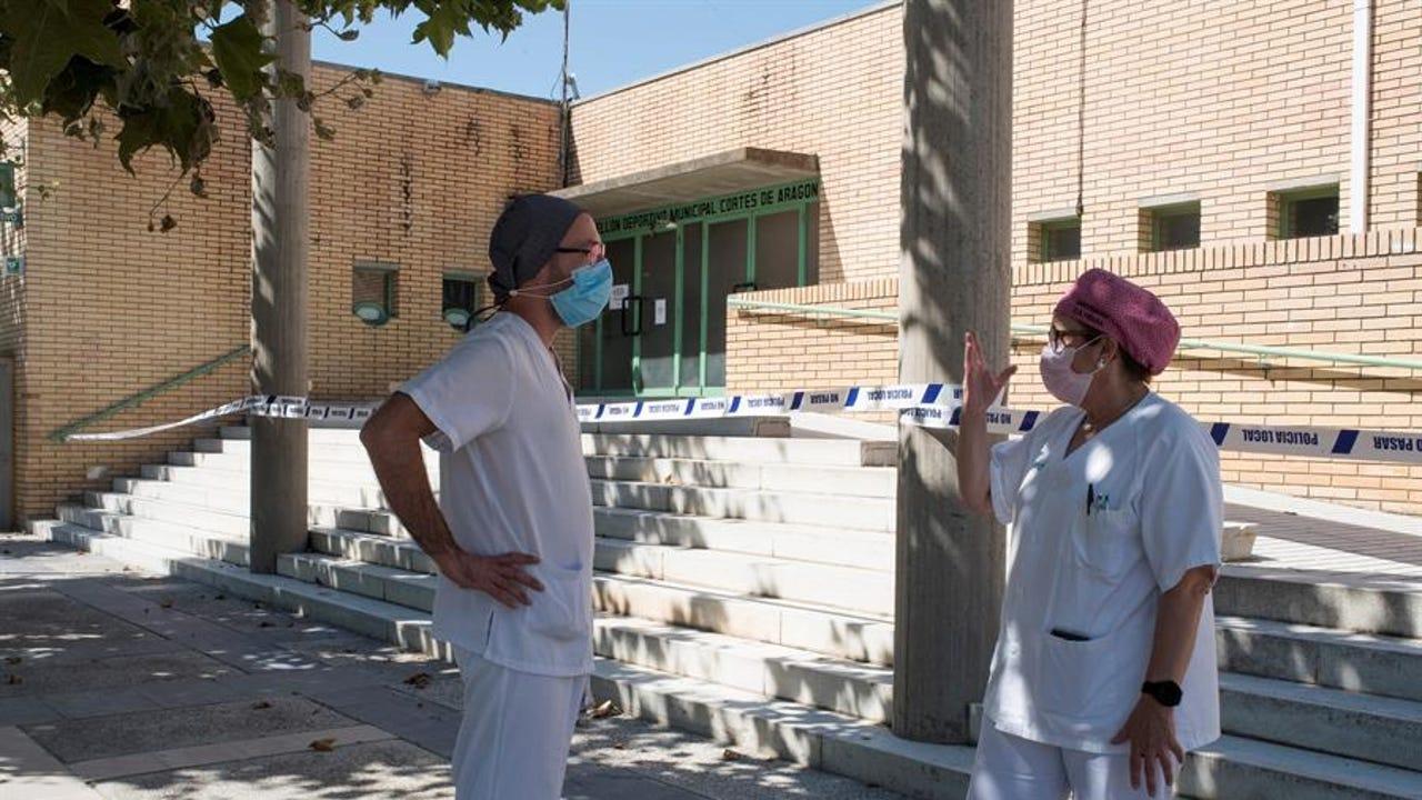 Sanitarios en Huesca, ante un polideportivo con afectados por el coronavirus