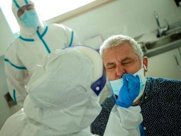 Profesionales sanitarios realizan test en los Centros de Atención Primaria