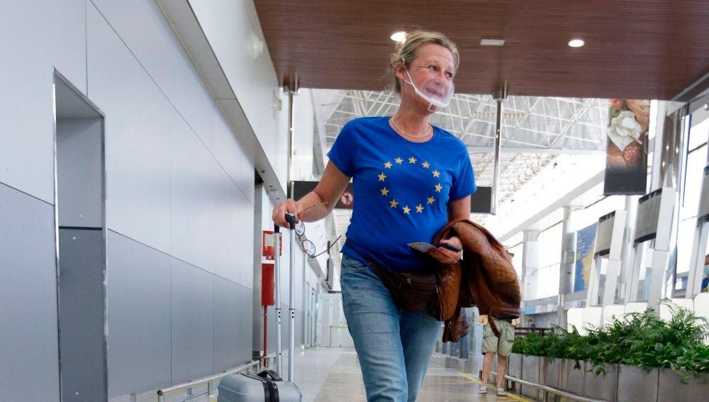 Una pasajera en un aeropuerto