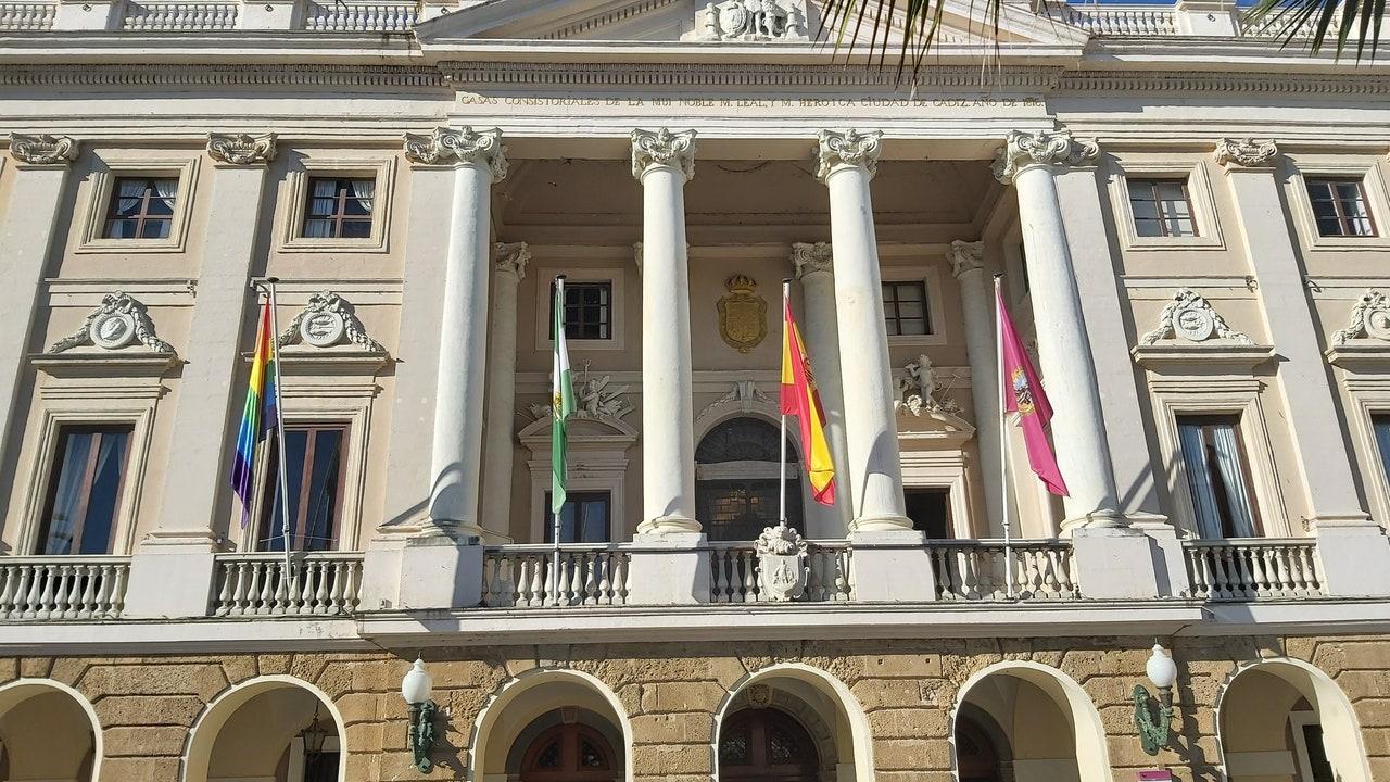 La bandera LGTBI, colgada en el Ayuntamiento de Cádiz