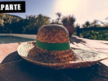 Sombrero de paja en la piscina