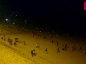 Gritos y carreras en el desalojo de un macrobotellón la noche de San Juan en una playa de Cádiz