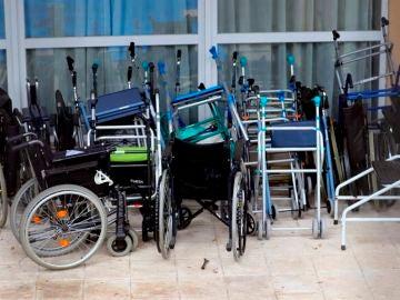Sillas de ruedas y andadores apilados en una residencia de Madrid.