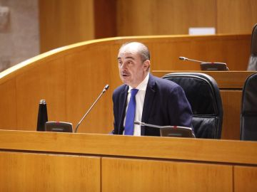 El presidente, Javier Lambán, durante el pleno parlamentario