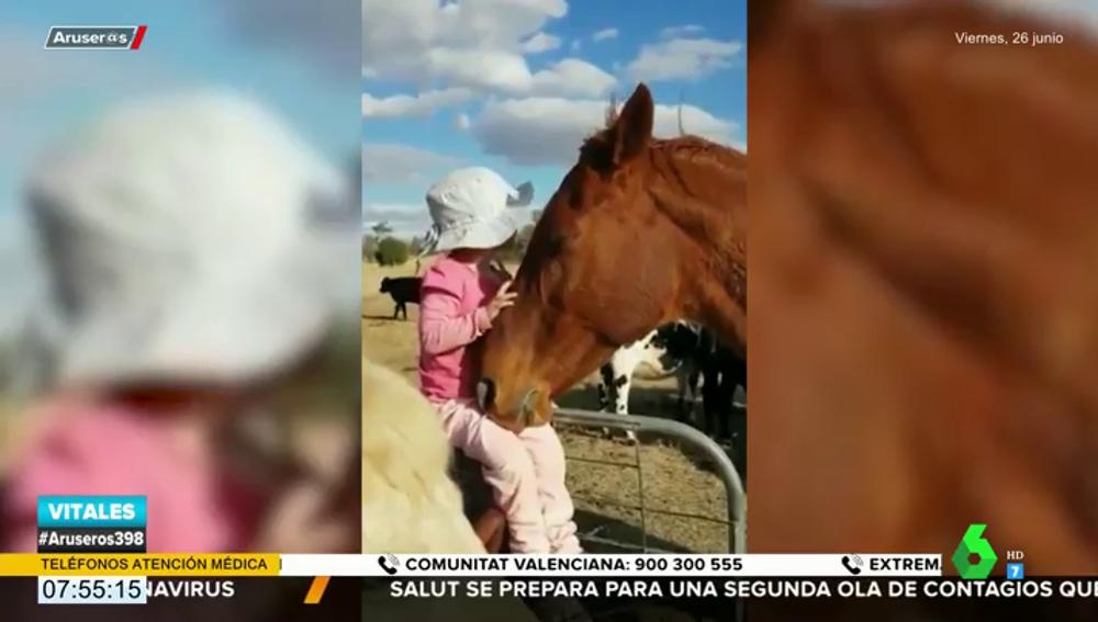 La conmovedora reacción de un caballo al escuchar a una niña cantar 'Heal the world' de Michael Jackson