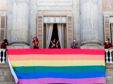 La bandera del Orgullo preside la fachada del Ayuntamiento de Barcelona
