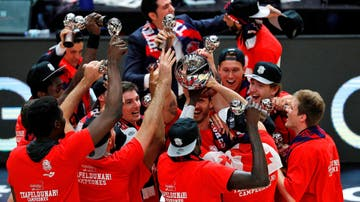 Los jugadores del Baskonia celebran el título logrado ante el Barcelona
