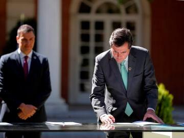 Antonio Garamendi firma el 'Acuerdo por la reactivación económica y el empleo' ante la mirada de Pedro Sánchez