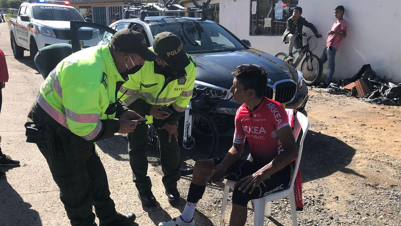 Nairo Quintana siendo atendido por la Policía