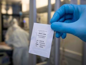 Un sanitario enseña un pequeño sobre con hidroxicloroquina