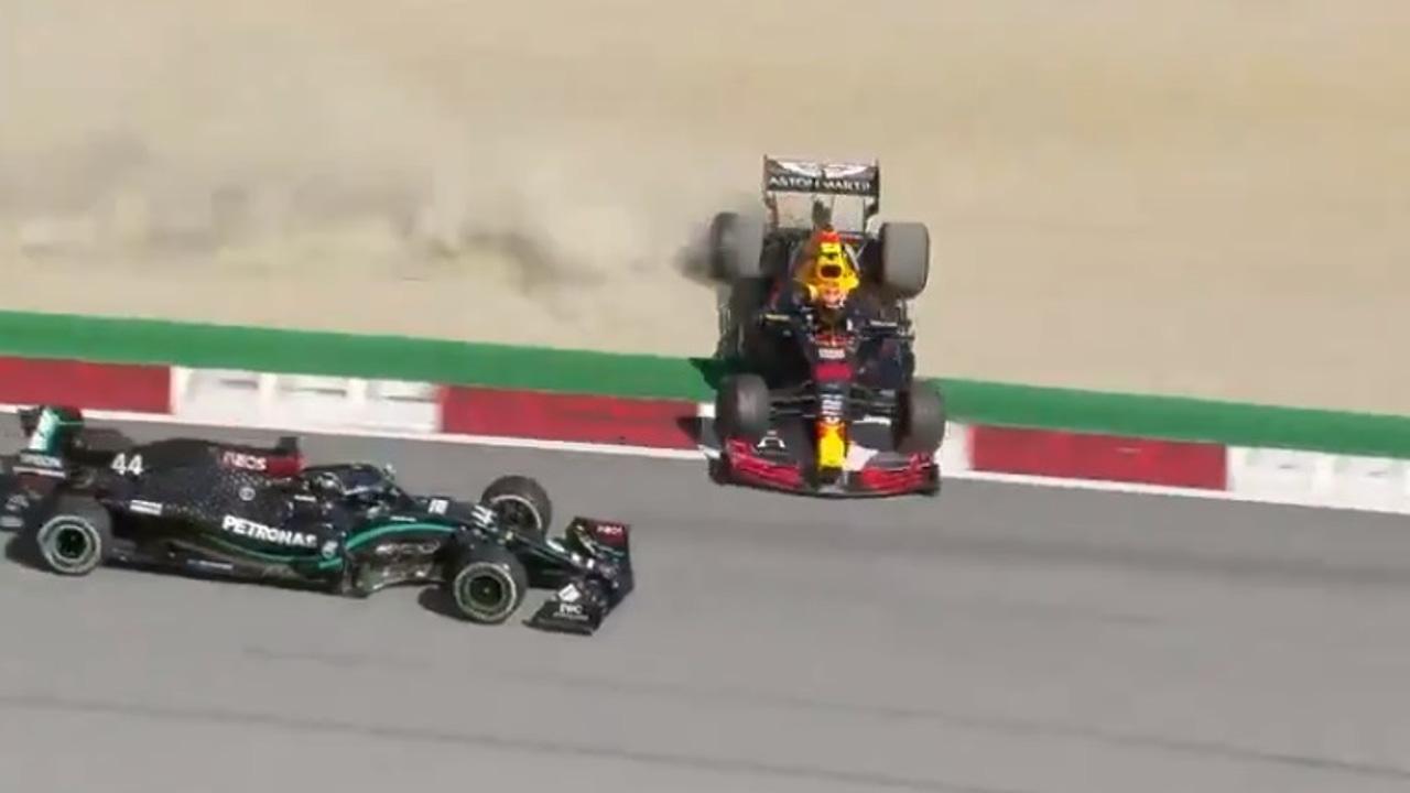 Instante después de que Hamilton impacte contra el Red Bull de Albon