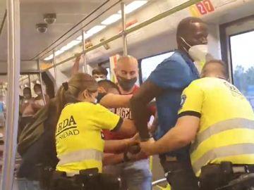 Violenta detención de un hombre negro por no llevar la mascarilla correctamente puesta en el Metro de Valencia