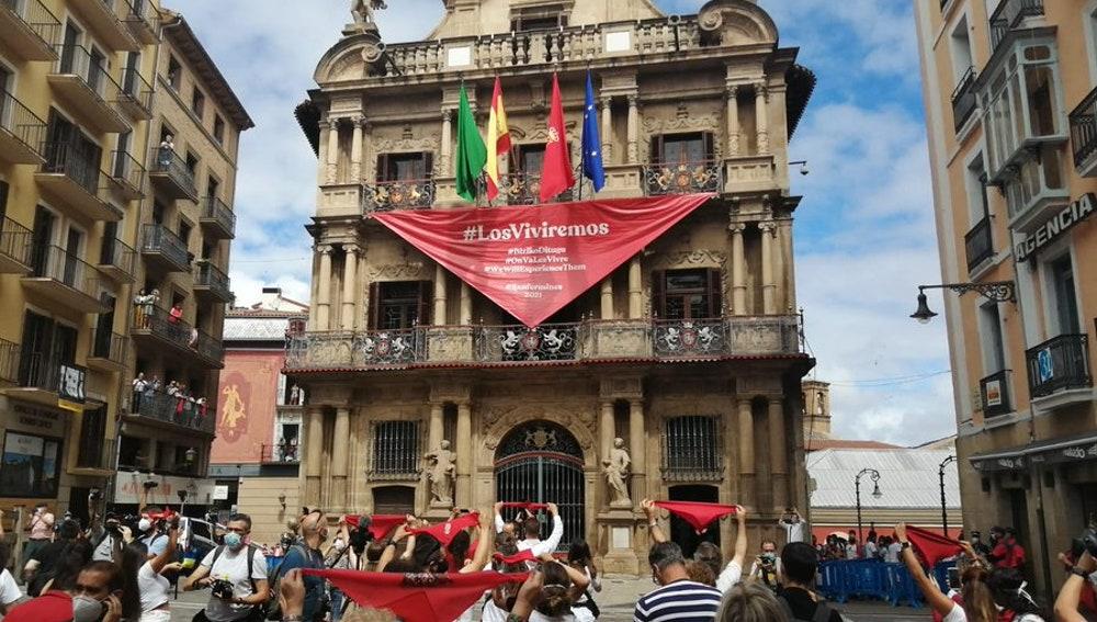 Imagen de la plaza del Ayuntamiento de Pamplona con el aforo reducido por el COVID-19