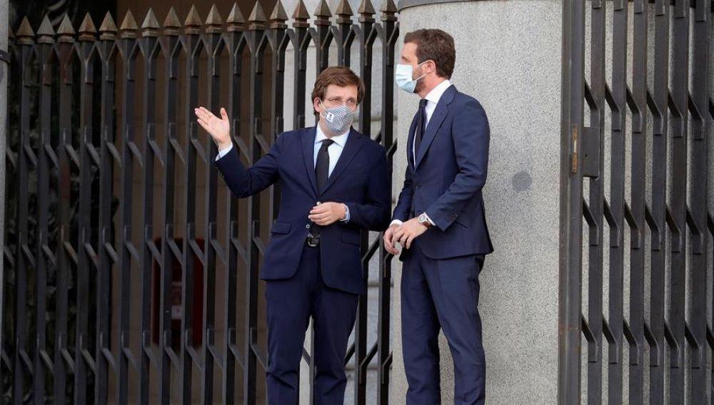 El alcalde de Madrid, José Luis Martínez-Almeida conversa con el líder del PP, Pablo Casado.