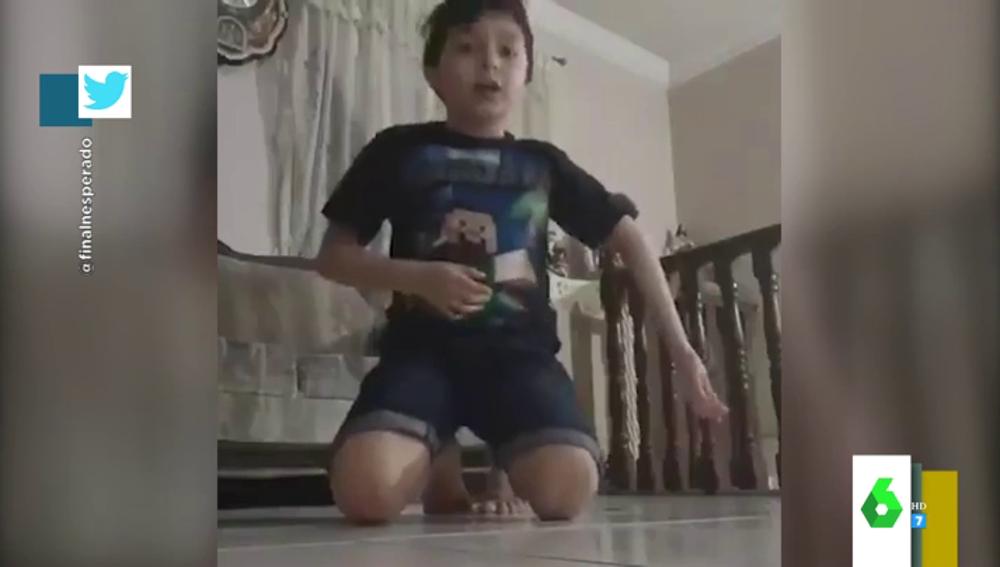 El momento en el que un niño se disloca el brazo al intentar imitar un reto en Youtube